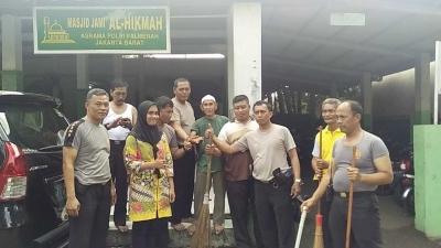 Dalam Rangka HUT Bhayangkara ke-72, Polsek Palmerah Gelar Kerja Bakti di Masjid Al-Hikmah