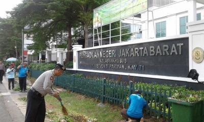 Jelang HUT Bhayangkara ke-72, Polsek Palmerah Kerja Bakti di Pengadilan Negeri Jakarta Barat