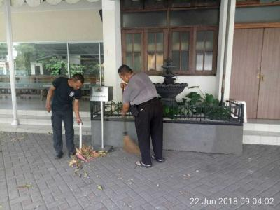 Sambut HUT Bhayangkara ke-72, Bhabinkamtibmas Slipi Polsek Palmerah Lakukan Bersih-bersih Gereja