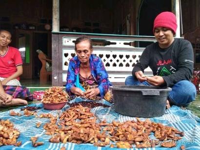 """Tradisi """"Nyongkek Accem"""" dan Rumah Adat Tabing Tongkok Situbondo"""