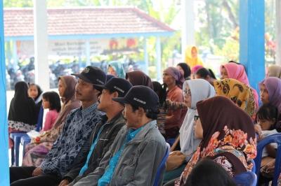Sulit Air, Mahasiswa UM Ajarkan Masyarakar Desa Gajahrejo Menanam Sayur di Gedebog Pisang