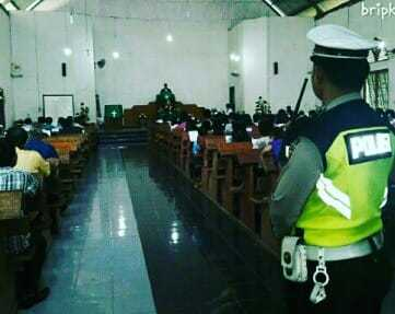 Antisipasi Keamanan Polisi Lakukan Penjagaan di Beberapa Gereja