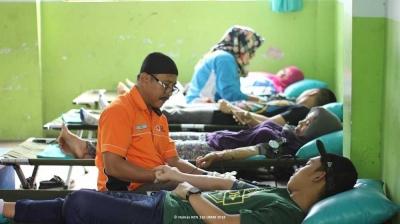 Ajak Warga Peduli Sesama, KKN 116 UMM Gelar Donor Darah