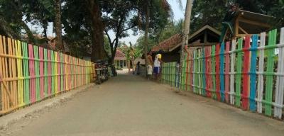 Pembuatan Pagar Warna Warni di Desa Neglasari sebagai Wujud Kepedulian Warga terhadap Lingkungan