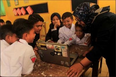 Kembangkan Cakrawala Teknologi, KKN 19 Universitas Trunojoyo Beri Pelatihan Dasar IT