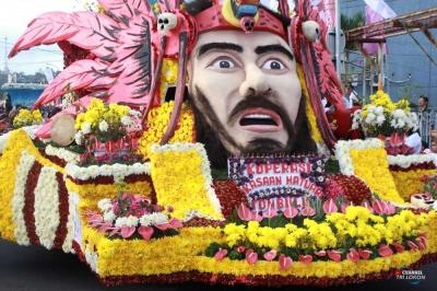 Ribuan Penonton Larut dalam Kemeriahan Karnaval Bunga di Tomohon