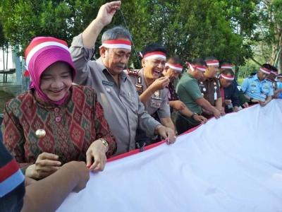 Agustusan Warga Kota Banjar, Jahit Kain Merah Putih Sepanjang 3,3 KM!