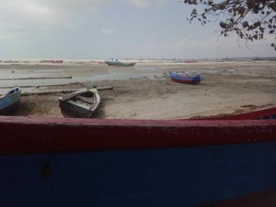Perahu Terdampar di Pantai Gersang (3)