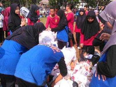 Para Siswa SMAN Sumsel Bersihkan Lapangan Gubernur