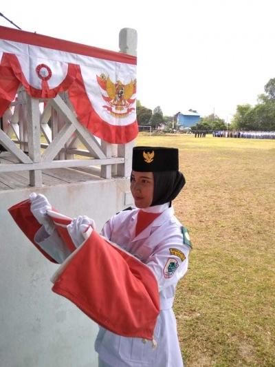 Siswi SMA Negeri 1 Jongkong Menjadi Pembawa Baki di HUT ke-73 RI