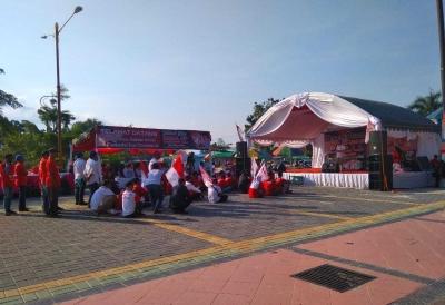 Puluhan Relawan Jokowi Melakukan Kampanye di Taman Bundaran Pancasila