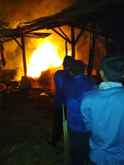 Akibat Bakar Serbuk Kayu, Sebuah Gudang Ikut Terbakar
