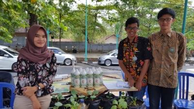 """Pupuk Murah """"PHP"""": Produk LEISA Berbasis Fermentasi Limbah bagi Petani Sayur"""