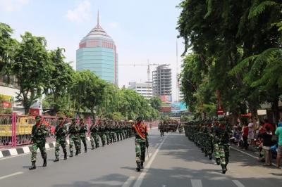 Di Peringatan Hari Pahlawan, Yonif 500 Sikatan Pukau Warga Surabaya