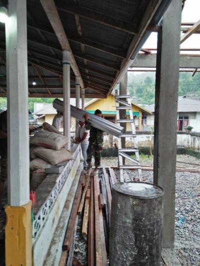 Babinsa Kodim 1502/Masohi Membantu Pembuatan Aula Masjid