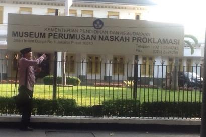 Naskah Proklamasi Ditandatangani Sukarno-Hatta di Atas Piano