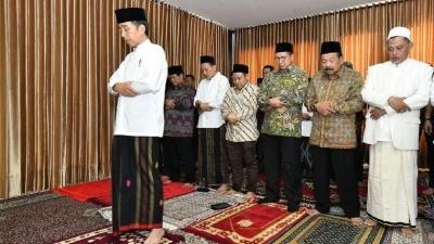 Walau Sibuk, Jokowi Tidak Lupakan Keagamaan dan Mengimami Salat Zuhur