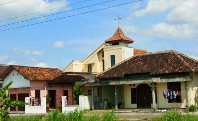 Makam dengan Salib dan Makam Muslim Rebah Berdampingan di Dusun Ini