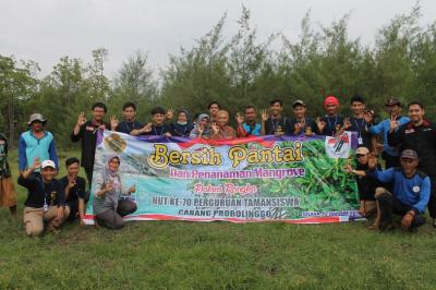 Peduli Lingkungan, Mahasiswa KKN 22 UMM Melakukan Bersih Pantai dan Penanaman Mangrove di Probolinggo