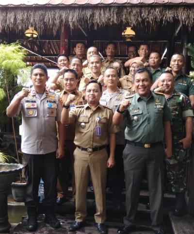 Solidnya Kapolsek Tanjung Duren & Danramil 03/GP Beri Kue Ultah Buat Camat Gropet