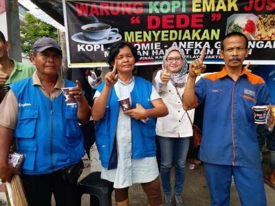 Emak-Emak Relawan Jos EGP Bagikan Kopi Gratis di Kampung Melayu