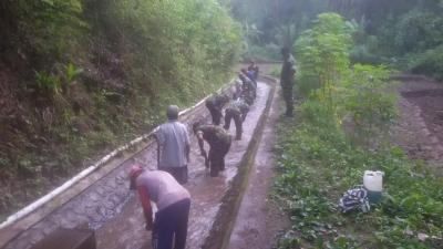 Bahu Membahu Masyarakat Desa bersama Anggota Koramil 0802/17 Pulung Normalisasi Irigasi