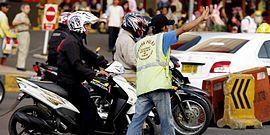 Polisi Cepek yang Tak Ogah Bekerja Mengurai Kemacetan