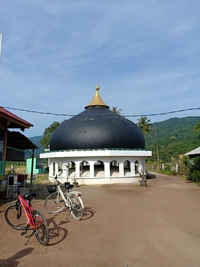 Bersepeda dari Ujung Pancu hingga Kubah Masjid di Tengah Sawah