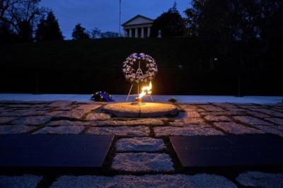 Api Abadi dari Arc de Triomphe di Makam John F. Kennedy