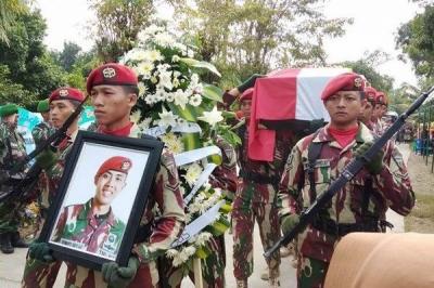 Prajurit Korps Marinir Deputasi Pemakaman Anggota TNI yang Gugur di Papua