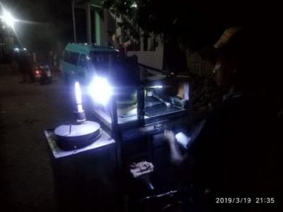 Kue Putu Menangis Bukti Kekuatan Penjual Mengais Rezeki di Malam Hari