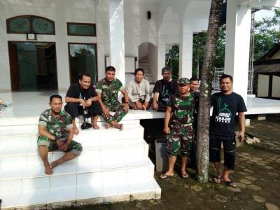 Anggota Koramil dan Polsek Jepara Bersama Komunitas RRM Jepara Bersihkan Masjid