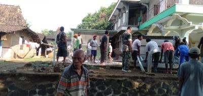 Peduli Warga, Babinsa Wedusan Dukuhseti Bantu Perbaiki Masjid