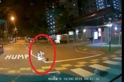 Bikin Ngakak, Selfie di Tengah Jalan Malah Dikira Makhluk Halus