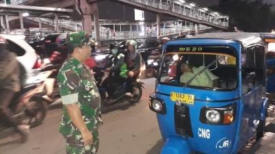 Supir Bajaj Ditemukan Tak Bernyawa di Grogol, Babinsa Koramil 03/GP Bantu Evakuasi
