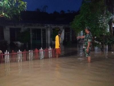 Koramil 0815/08 Dawarblandong bersama Instansi Terkait Pantau Lokasi Banjir