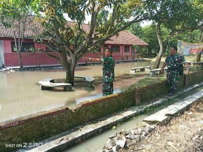 Danramil 0815/03 Sooko Pantau Langsung Lokasi Banjir