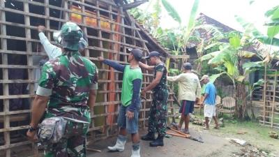 Peran Aktif Babinsa Tambakromo dalam Membantu Kesulitan Wargaya