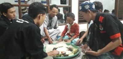 Megibung Bukber Saat Ramadhan di Musholla UBK Jimbaran Bali