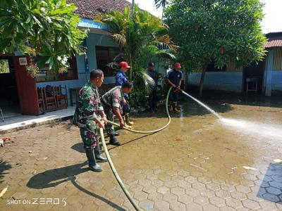 Koramil 0815/03 Sooko bersama BPBD Bersihkan Sisa Material Banjir