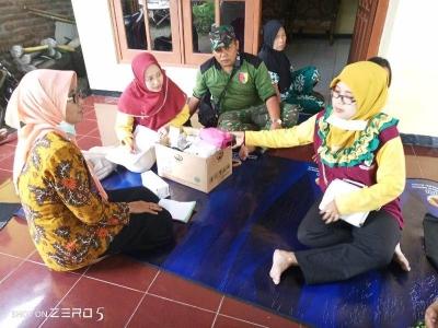Koramil 0815/03 Sooko Bantu Tim Medis Periksa Kesehatan Warga Terdampak Banjir
