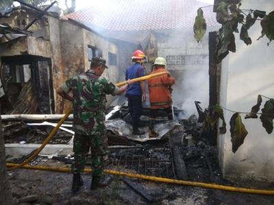 Respon Cepat Babinsa Serda Awaludin Menangani Kebakaran di RW 08 Kemanggisan