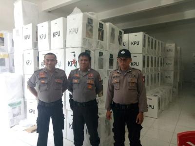 Usai Penetapan, Polisi Masih Berjaga di KPU Sidrap