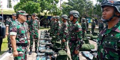 Wakil Asisten Operasi Kasad Brigjen TNI Untung Budiharto Memeriksa Kesiapan Operasi Satgas Pamtas RI-PNG Yonif 406/CK