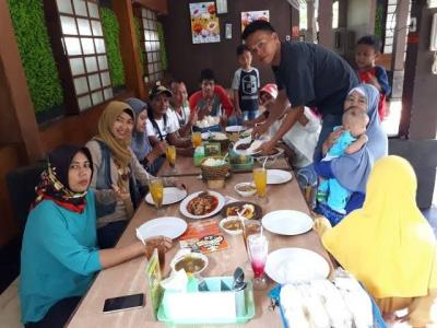 Temu Alumni Praktis di Rumah Makan Sambil Lesehan
