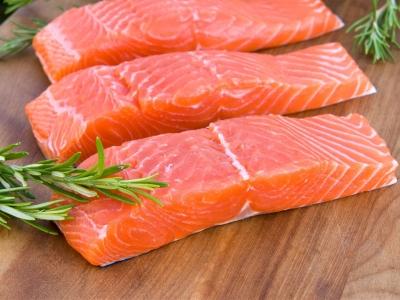 """""""Salmon dan Pacific Saory Jepang"""", yang Dibekukan, Dipanaskan, dan Dimakan dengan Nasi Hangat"""