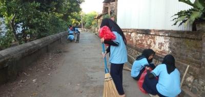 Bersama Mahasiswa UM, Salamrojo Semakin Bersih