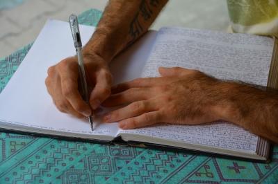 Dengan Bahan Baku Melimpah, Masihkah Kita Enggan Menulis?