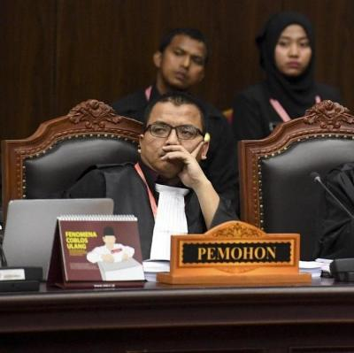 Memahami Motif Denny Indrayana Menjadi Pengacara Prabowo-Sandi