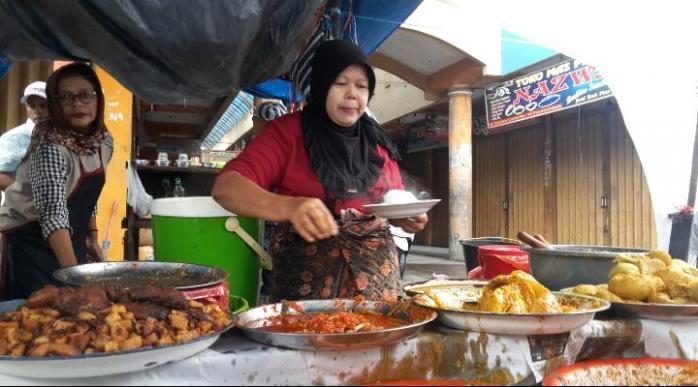 Tiap Hari, Uni Des Tempuh 40 Km ke Payakumbuh Demi Jajakan Nasi Kapau